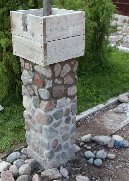 Возведение столба из камней