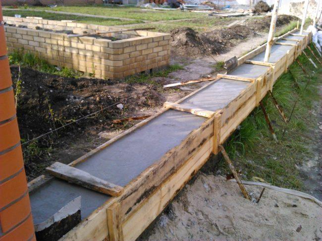 Свежий бетон в фундаменте
