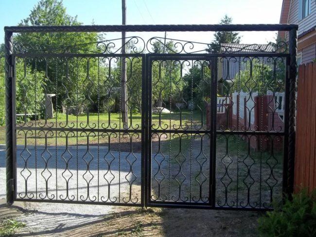 Ворота с элементами ковки