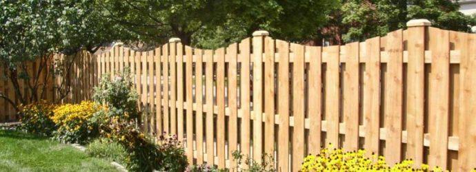 Деревянный забор на дачном участке
