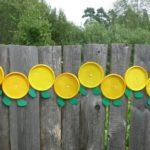 Гусеничка из разовых тарелок — украшение деревянного ограждения