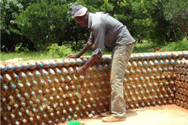 Кладём стены из бутылок