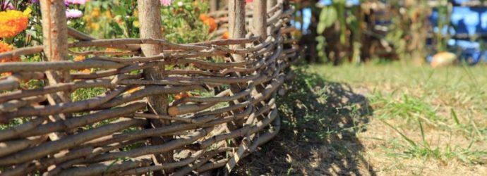Маленький плетёный забор в цветнике