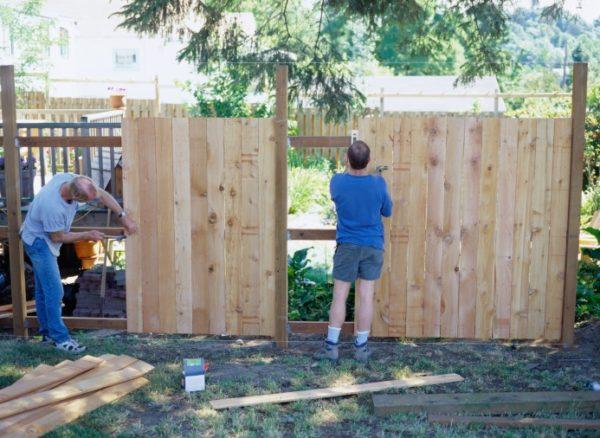 Строительство забора из дерева