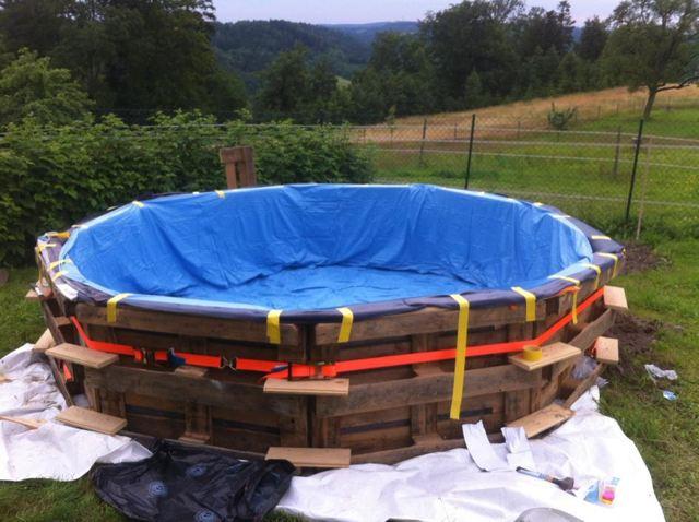 Укладываем плёнку на дно бассейна