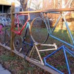 Велосипедные детали — основа такого забора