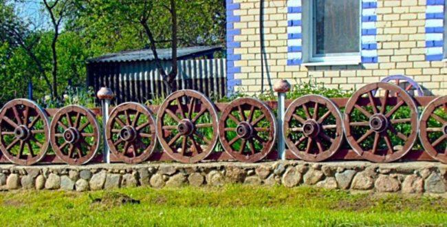 Забор из деревянных колёс