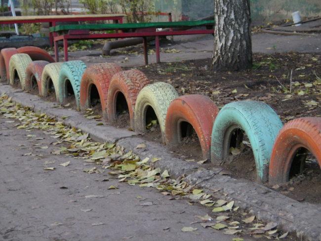 Забор из окрашенных резиновых шин