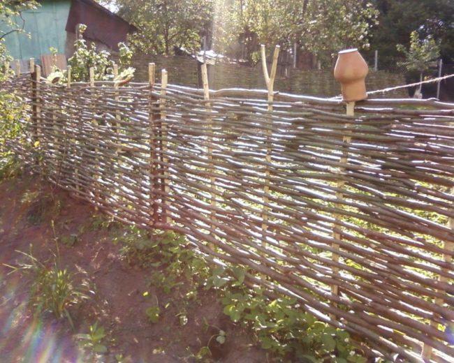 Забор, сплетённый из лозы