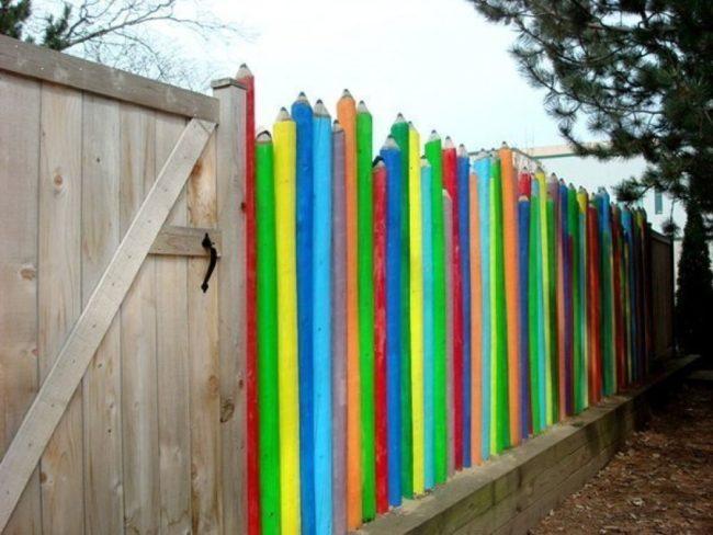 Забор в виде цветных карнадашей