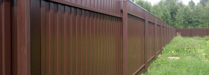Забор из металлопрофиля вокруг участка